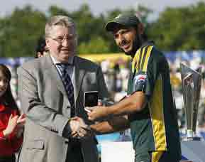 Shahid Afridi receives the Man-of-the-Match award, Pakistan v Sri Lanka, ICC World Twenty20 final, Lord's, June 21, 2009